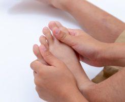 足の指 つる 原因